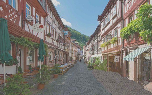 Bild Unternehmensgeschichte Odin Versicherungsmakler, kleine Gasse im Odenwald
